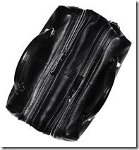 Необычный дизайн сумки делает ее одним из основных элементов туалета.